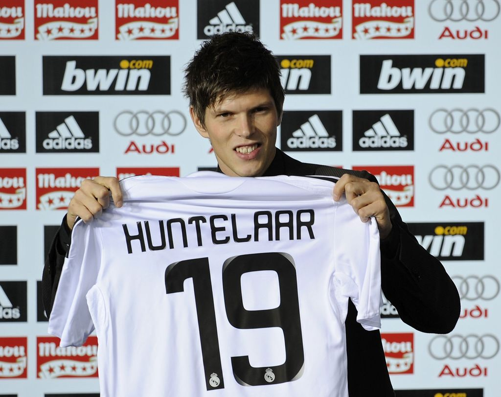 MADRID, SPAIN - DECEMBER 04:  Klaas Jan Huntelaar of the Netherlands holds up his new Real Madrid shirt after signing for the Spanish club at the Santiago Bernabeu stadium on December 4, 2008 in Madrid, Spain.  (Photo by Denis Doyle/Getty Images)