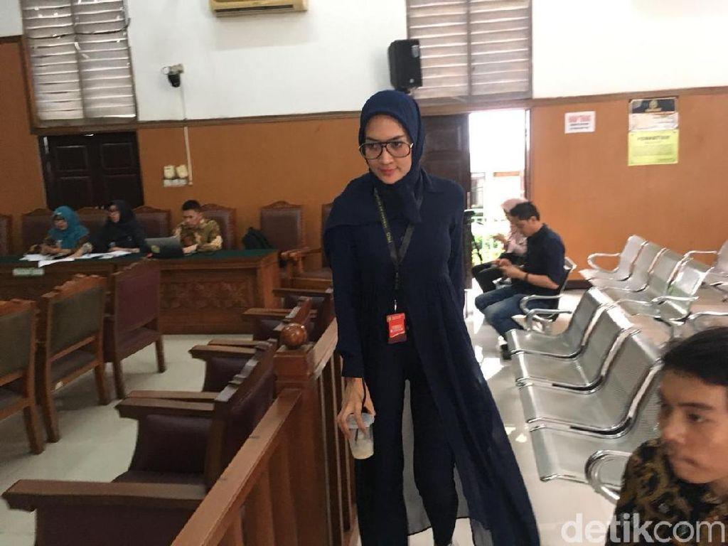 Bersepatu Gucci, Begini Gaya Steffy Burase di Praperadilan Irwandi