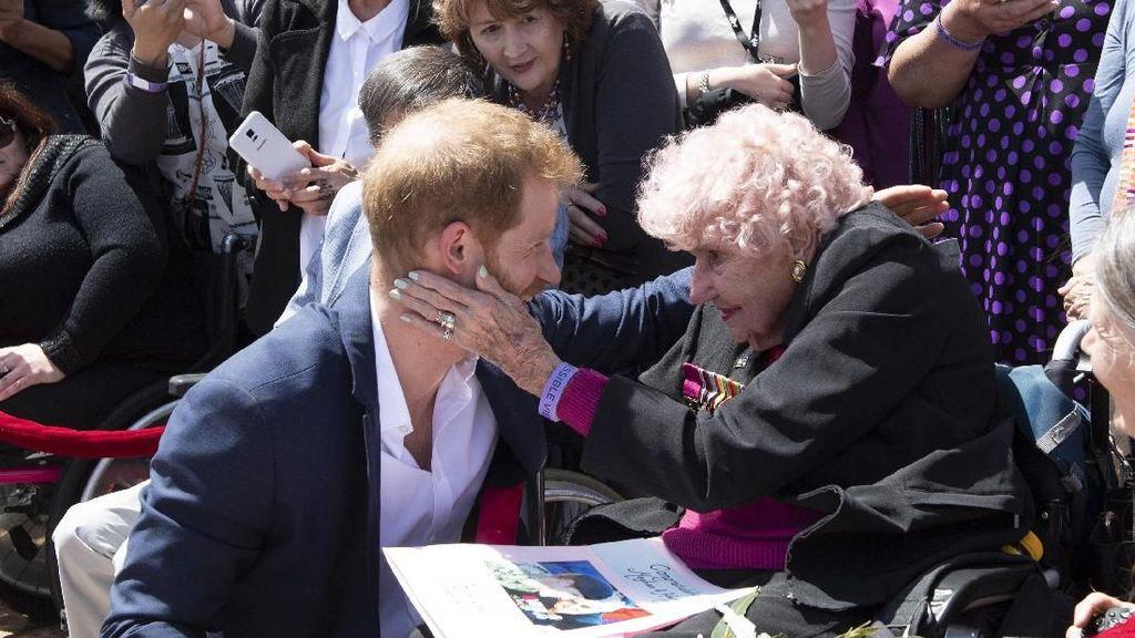 Momen Manis Pangeran Harry Peluk Penggemar Berusia 98 Tahun
