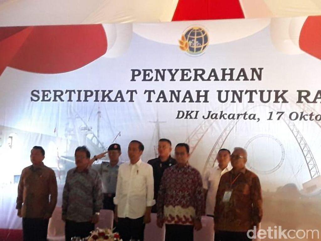 Anies Puji Jokowi Bagi-bagi Sertifikat Tanah untuk Warga DKI