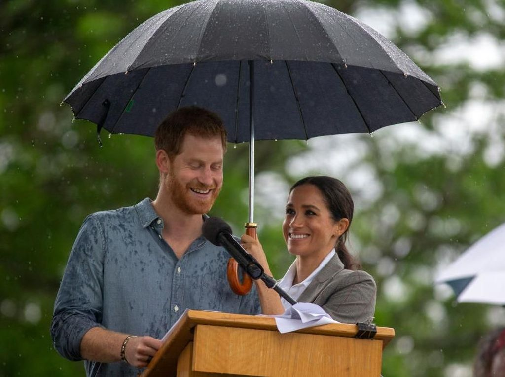 Foto: Saat Meghan Markle Payungi Pangeran Harry, So Sweet!