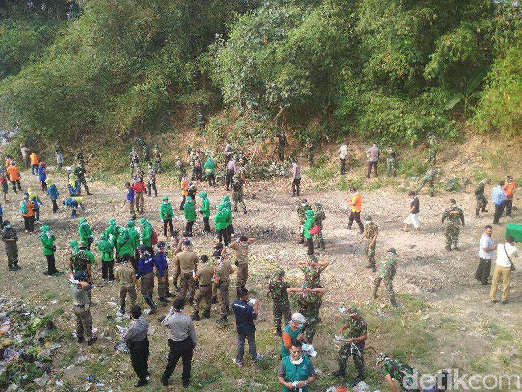 TNI dan Warga Gelar Bersih Sungai di Trenggalek Antisipasi Banjir