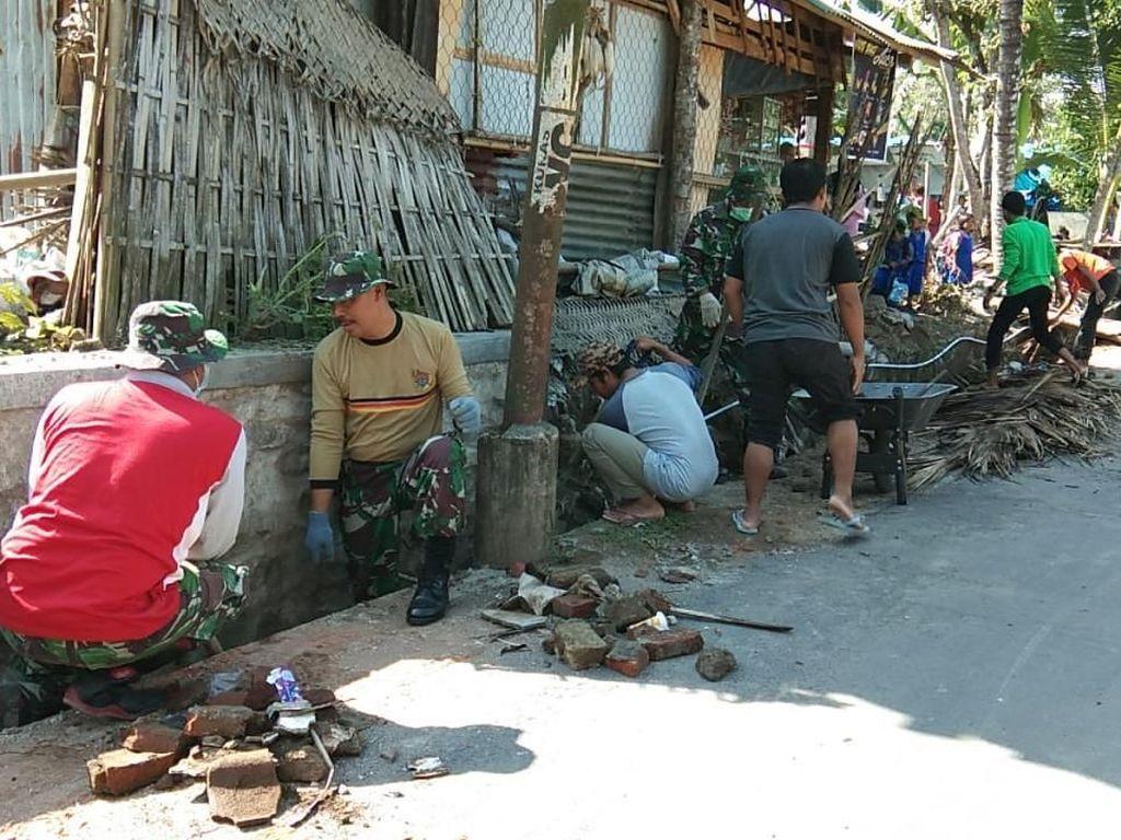TNI Bersama Warga Bersihkan Puing-puing Desa Jeringo Lombok