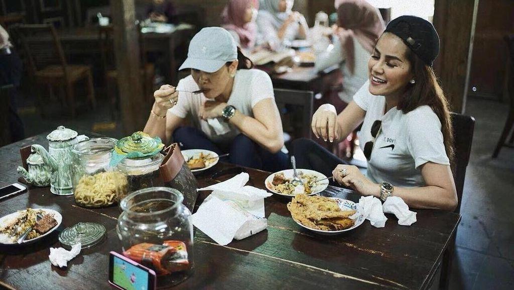 Cantiknya Olla Ramlan Saat Makan Bakmi Bareng Suami