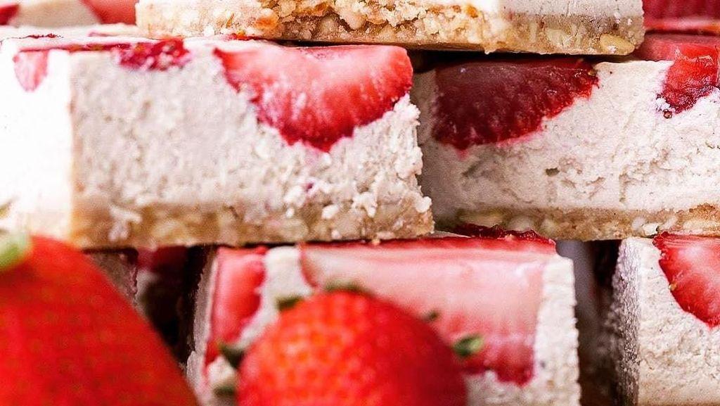 Nyam! Cantiknya Strawberry Cheesecake yang Manis Lembut