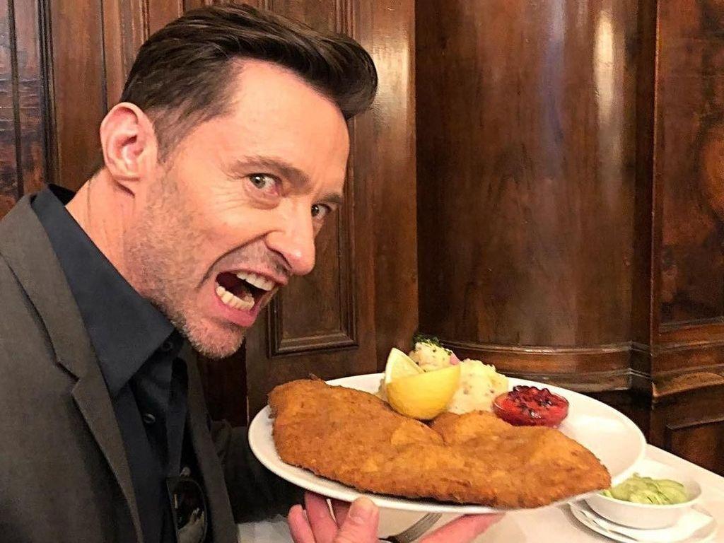 Makin Tampan, Ini Gaya Hugh Jackman Saat Makan Pizza dan Buat Pancake