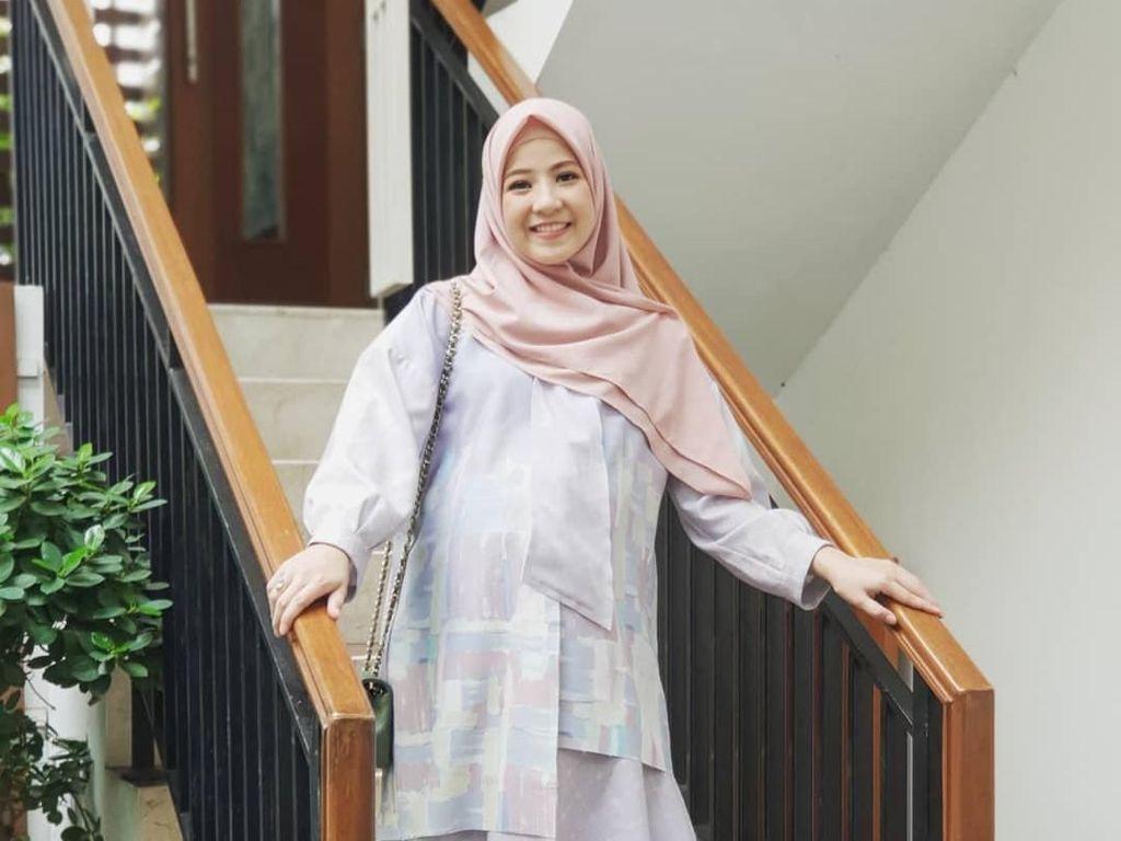 Gaya Hijab untuk Bumil Agar Tetap Kece ala Natasha Rizky