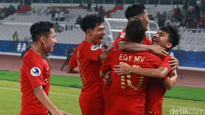 Egy Maulana Vikri merayakan gol dengan Witan Sulaiman (Ari Saputra/detikSport)