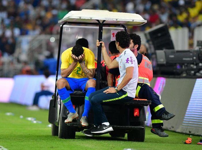Bek Manchester City Danilo meringis saat mengalami cedera pergelangan kaki ketika membela Brasil melawan Argentina di Jeddah, awal pekan ini. Sial betul bagi Danilo, yang sebelumnya mesti melewatkan Piala Dunia 2018 dan pramusim City karena cedera serupa. (Foto: Waleed Ali/Reuters)