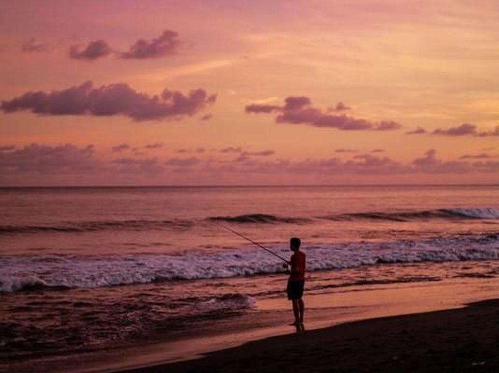 Pantai di Bali dalam Balutan Senja yang Magis