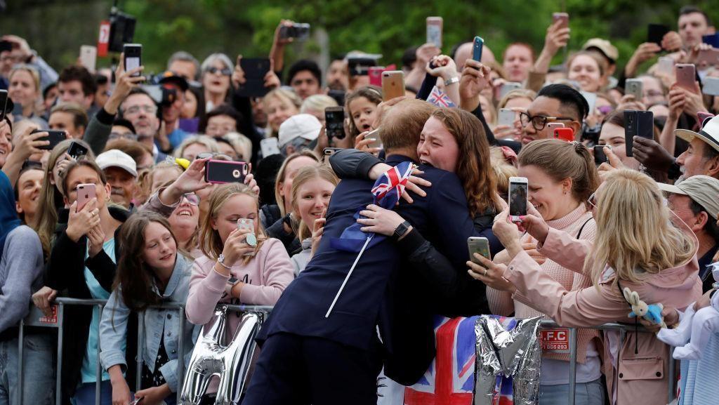Foto: Momen Fans Histeris Dipeluk Pangeran Harry di Jalanan Melbourne