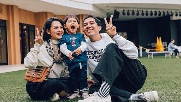 Andien bersama putra dan suaminya