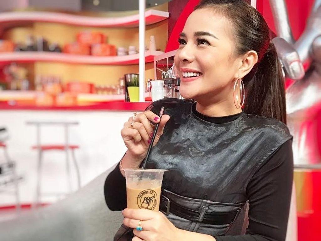 Cantiknya Astrid Tiar, Presenter yang Hobi Kulineran Seru