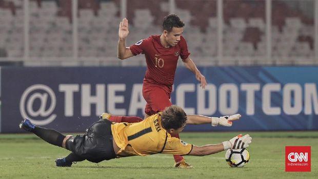 Pesepak bola timnas Indonesia U-19  Egy Maulana Vikri berebut bola dengan pesebak bola Taiwan U-19 (biru) pada laga Grup A Piala Asia U-19 2018 di Stadion Utama Gelora Bung Karno, Jakarta (18/10). (CNN Indonesia/Hesti Rika)