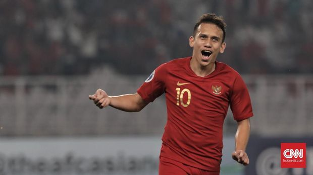 Pesepak bola timnas  Indonesia U-19  Egy Maulana Vikri melakukan selebrasi usai memasukan bola ke gawang Taiwan U-19 pada laga Grup A Piala Asia U-19 2018 di Stadion Utama Gelora Bung Karno, Jakarta (18/10). (CNN Indonesia/Hesti Rika)