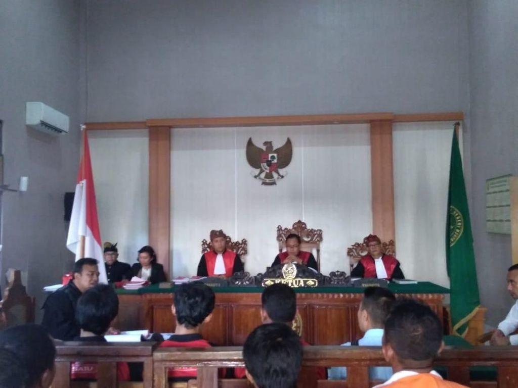 Bali Banget! Hakim PN Denpasar Pun Sidang Pakai Udeng