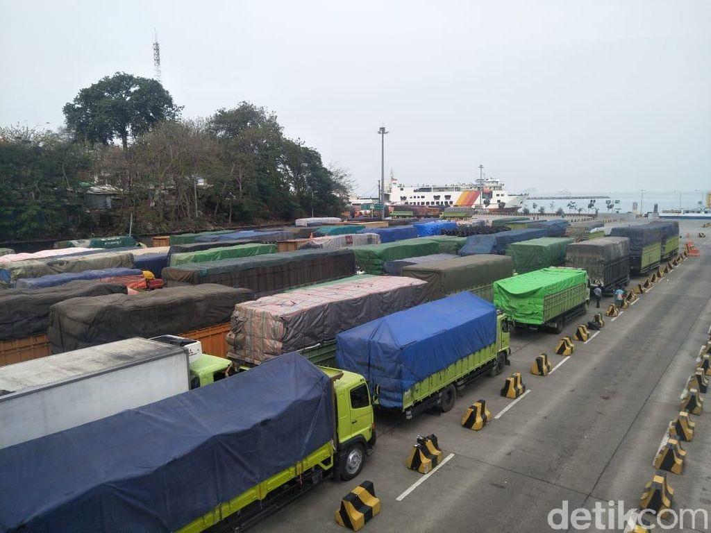 Kendaraan di Pelabuhan Merak Macet Sejak Dini Hari