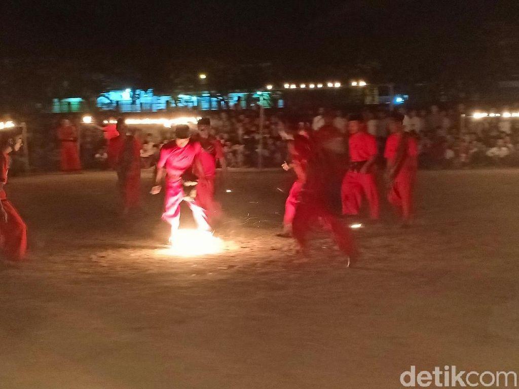 Santri Lirboyo Main Sepak Bola dan Tongkat Api, Seru Lho!