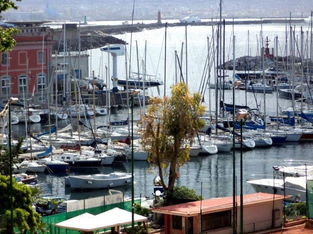 Napoli Bukan Cuma Pizza, Pantainya Juga Cantik!