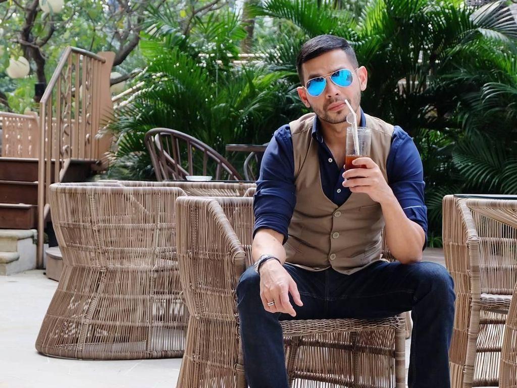 Presenter Rian Ibram Sering Pamer Pose Keren Saat Ngopi