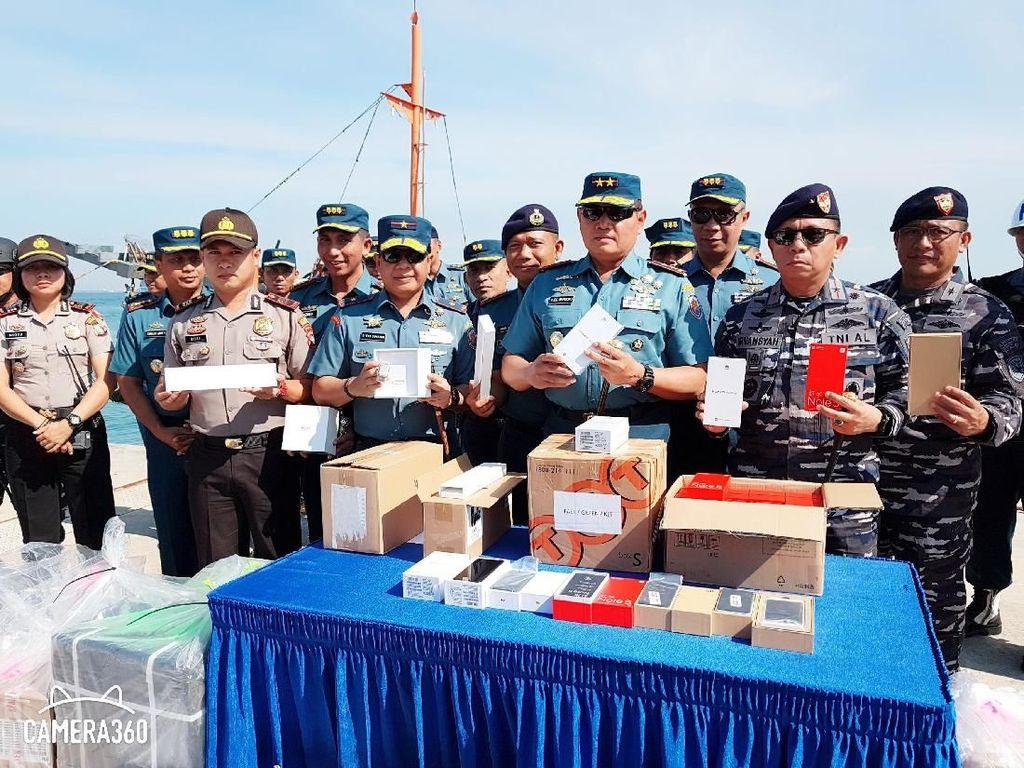 Dor!Dor!Dor! TNI AL Bekuk Penyelundup 20 Ribu Hp dari Singapura