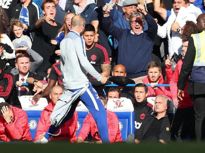 Staf pelatih Chelsea, Marco Ianni (kiri), merayakan gol di hadapan Jose Mourinho (kanan bawah) yang lantas memicu keributan. (Foto: Catherine Ivill/Getty Images)