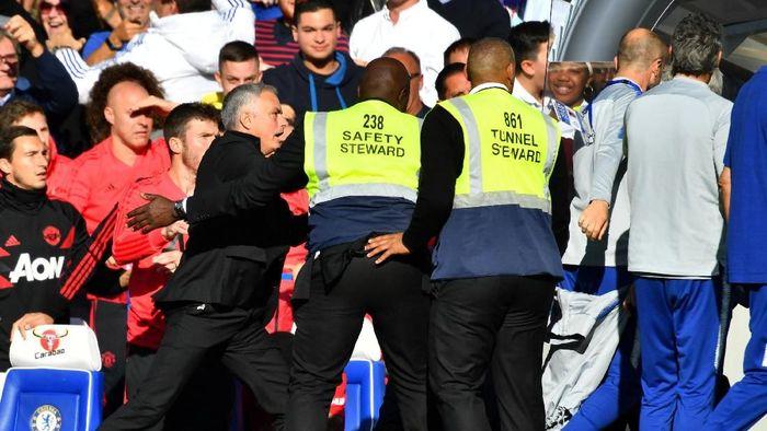 Jose Mourinho terprovokasi oleh asisten pelatih Chelsea (Dylan Martinez/REUTERS)