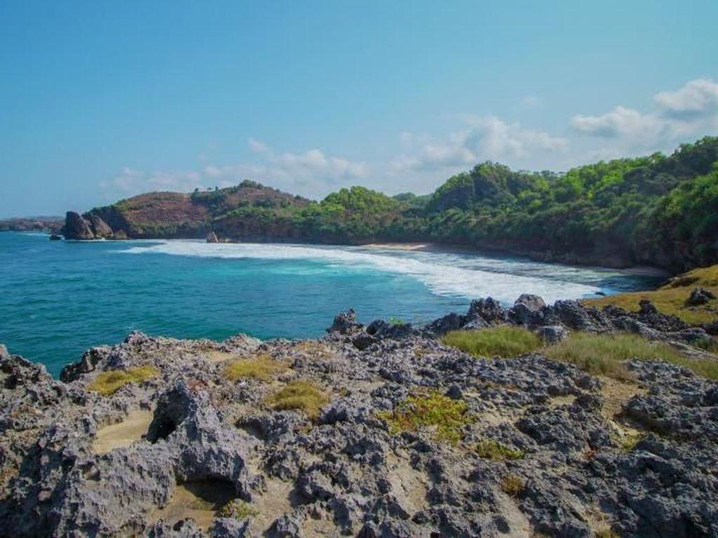 Pantai Widodaren, Sensasi Diterjang Ombak dari Atas Tebing!