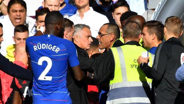 Jose Mourinho emosi ketika laga antara Chelsea dan Manchester United memasuki menit akhir.