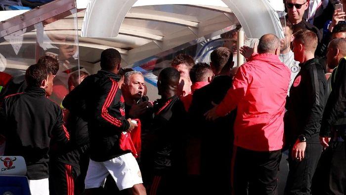 Mourinho terlibat keributan dengan salah satu staf kepelatihan Chelsea (Andrew Couldridge/Reuters)
