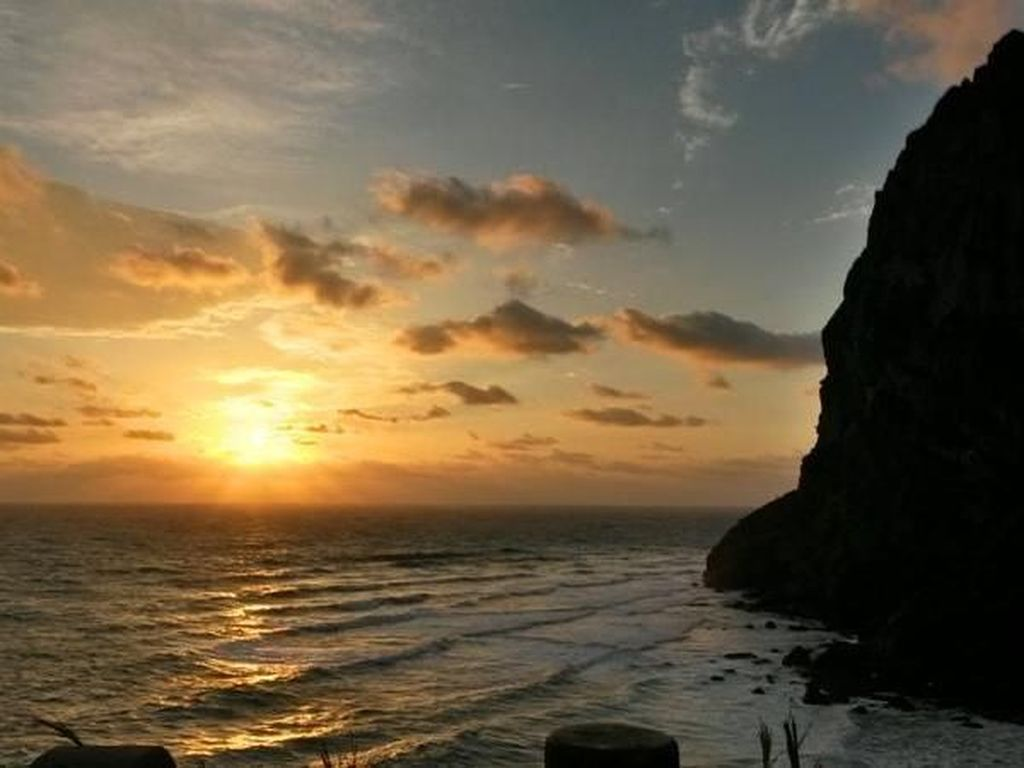 Golden Sunrise di Pantai Pulau Jeju, Korea Selatan