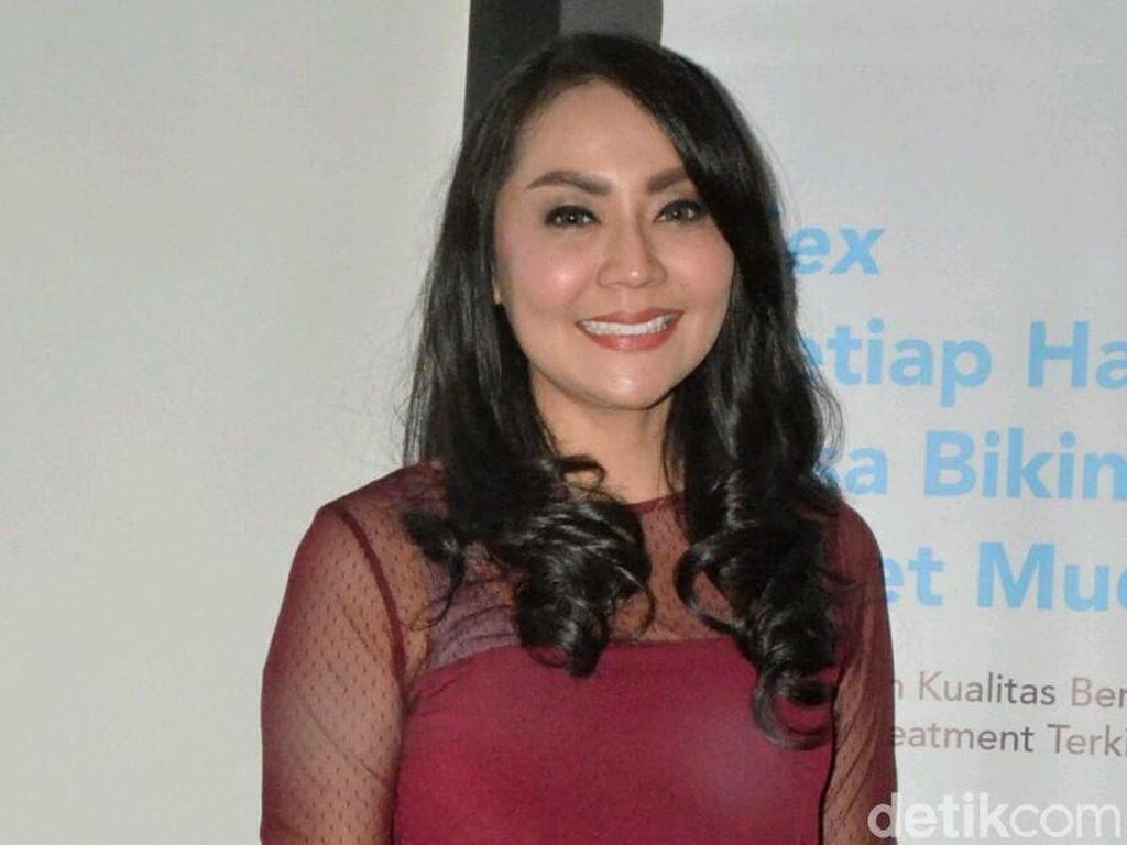 Pose Menggoda Tessa Kaunang dan Komen Jahil Vicky Prasetyo