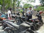 Tak Hanya Bentrok, Warga Juga Ceburkan Motor Pendatang ke Selokan