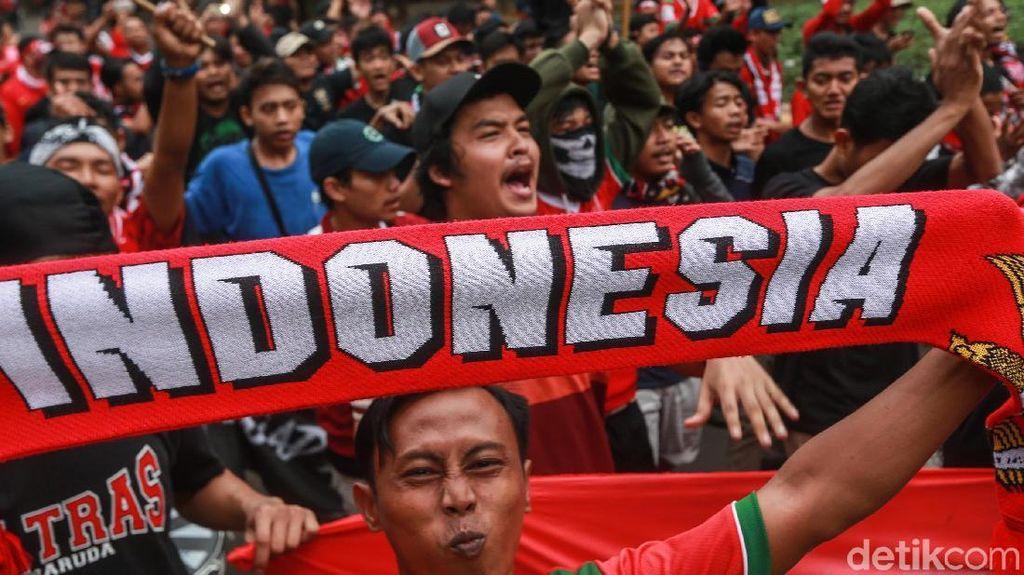 Suporter Padati GBK Jelang Indonesia vs Qatar