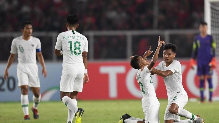 Todd Rivaldo (kanan) sedang menunjuk ke angkasa usai mencetak gol (Wahyu Putro A/ANTARA FOTO)