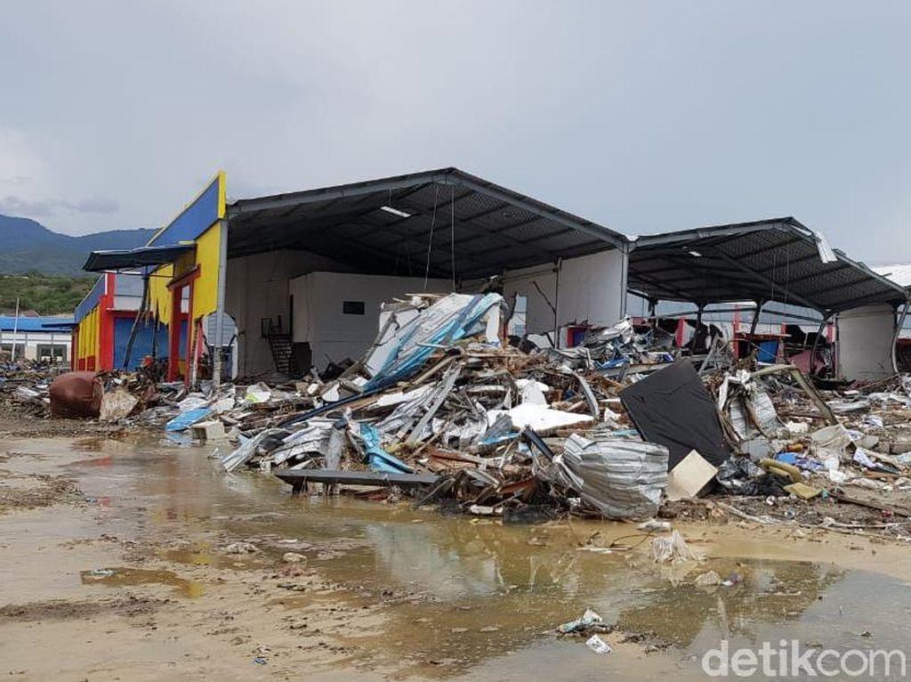Foto Pantai Palu: Tak Ada Gudang yang Tak Retak