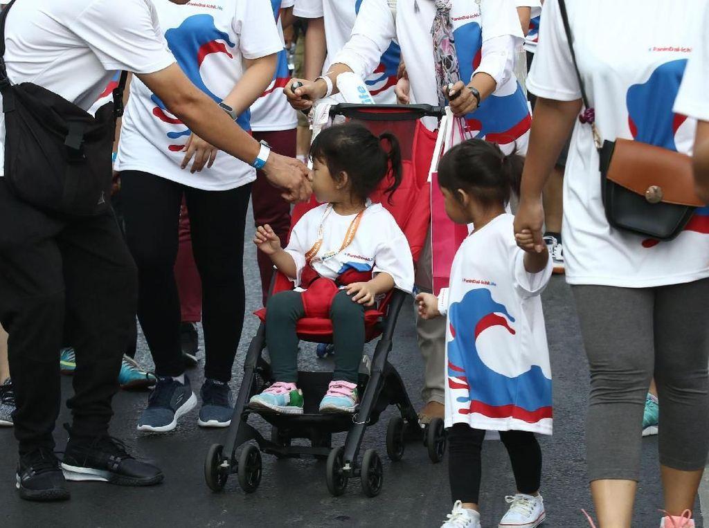 Anak-anak Hingga Orang Dewasa Meriahkan Jalan Sehat