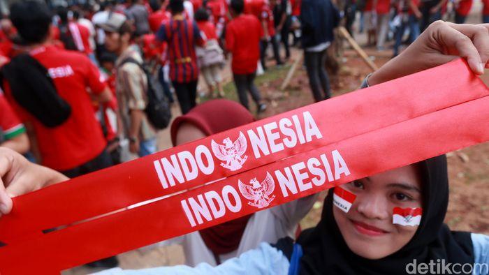 Suporter berdatangan ke GBK untuk menyaksikan timnas Indonesia melawan Qatar.