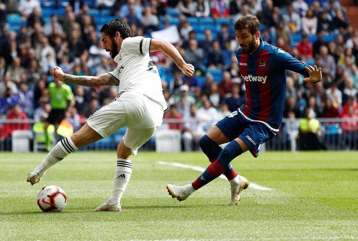 Dalam pertandingan di Santiago Bernabeu, Real Madrid tampil begitu dominan dan agresif saat menghadapi Levante. Namun dominasi itu tak berarti karena pada akhirnya mereka tumbang. Reuters/Susana Vera.