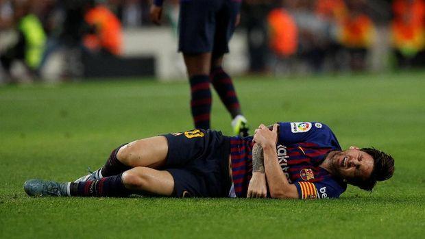 Lionel Messi mengerang kesakitan akibat lengannya cedera.