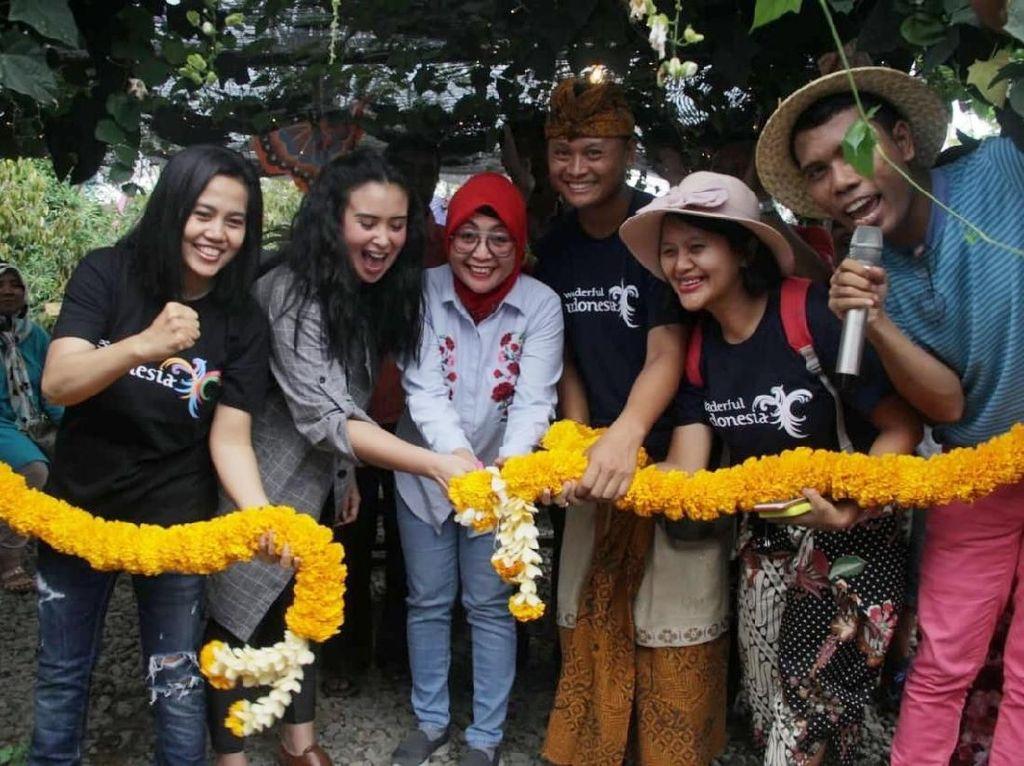 Saat Artis Ayushita Kesengsem Pasar Botani di Lombok Barat