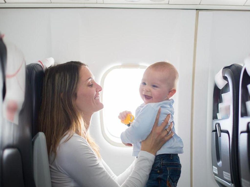 Bayi Menangis Kencang di Pesawat, Harus Bagaimana? Coba Trik Ini