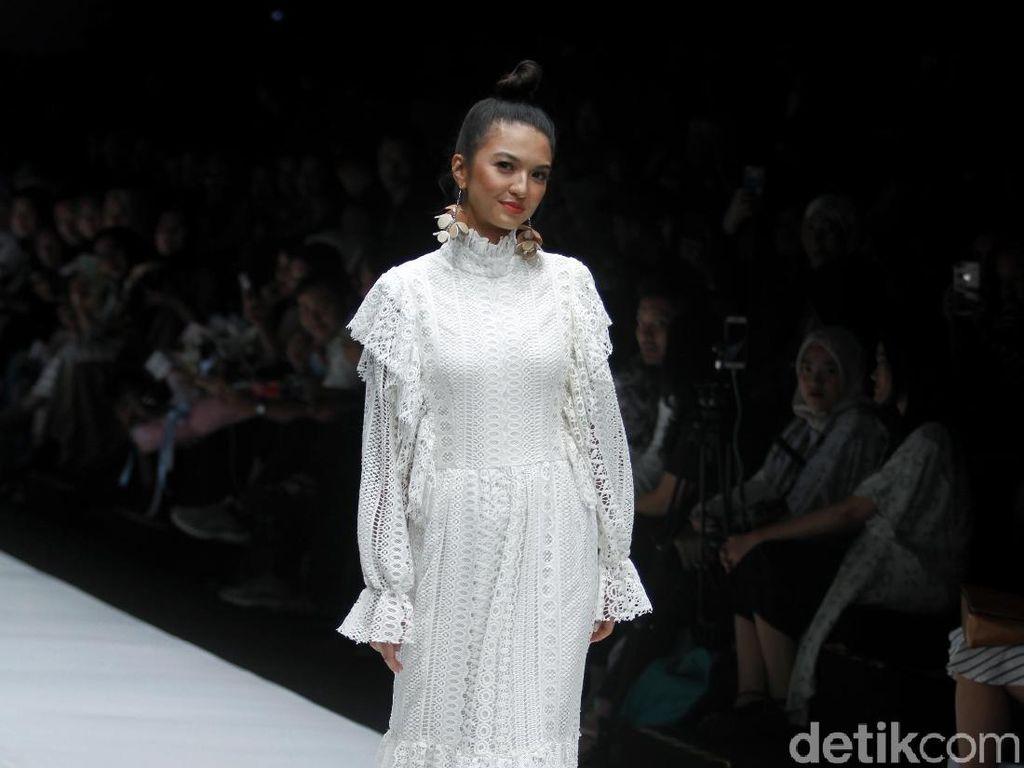 Dewi Sandra Joget di Catwalk, Hingga Manisnya Raline Shah di JFW 2019