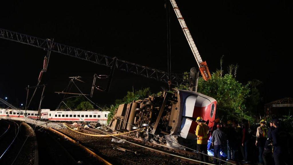 Penampakan Kereta Tergelincir di Taiwan yang Tewaskan 18 Orang