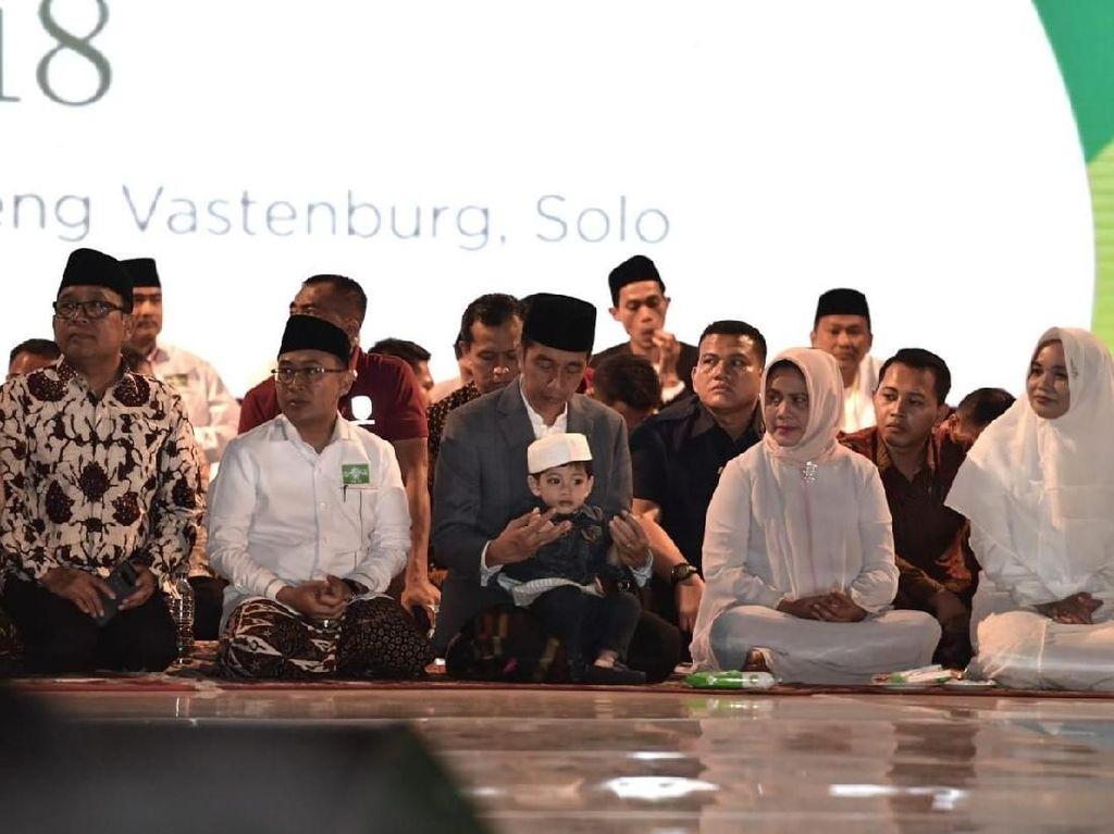Gaya Menggemaskan Jan Ethes Saat Diajak Jokowi ke Apel Akbar Santri