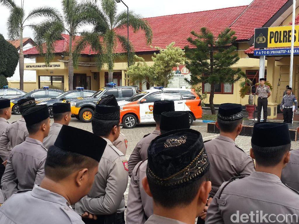 Hormati Santri, Polisi di Pacitan Berkopiah