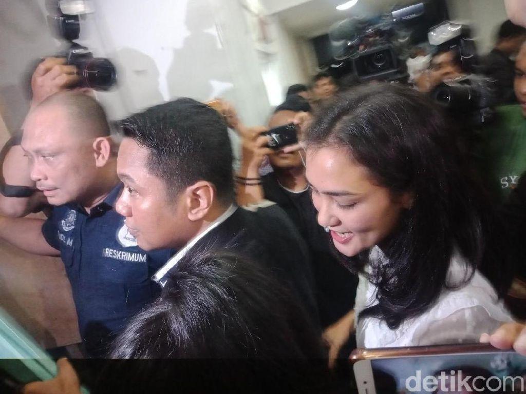 Periksa Atiqah Hasiholan, Polisi Tanya soal Foto Ratna yang Viral