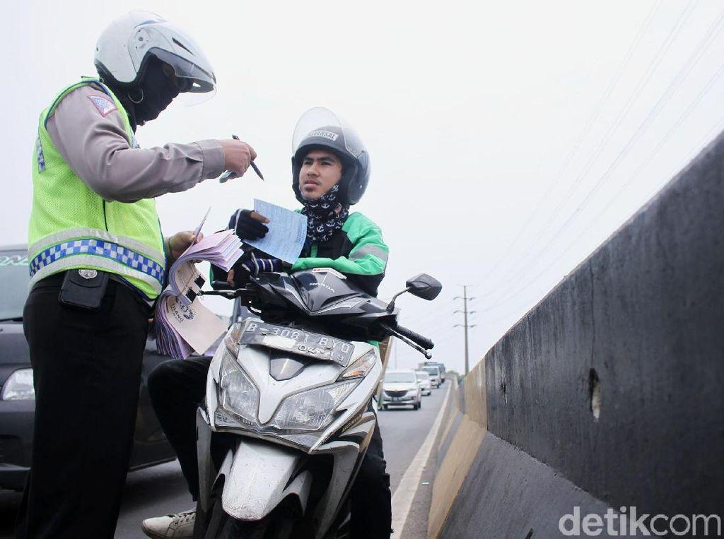 Priit! Ratusan Pemotor Bandel Ditilang di Flyover Pesing