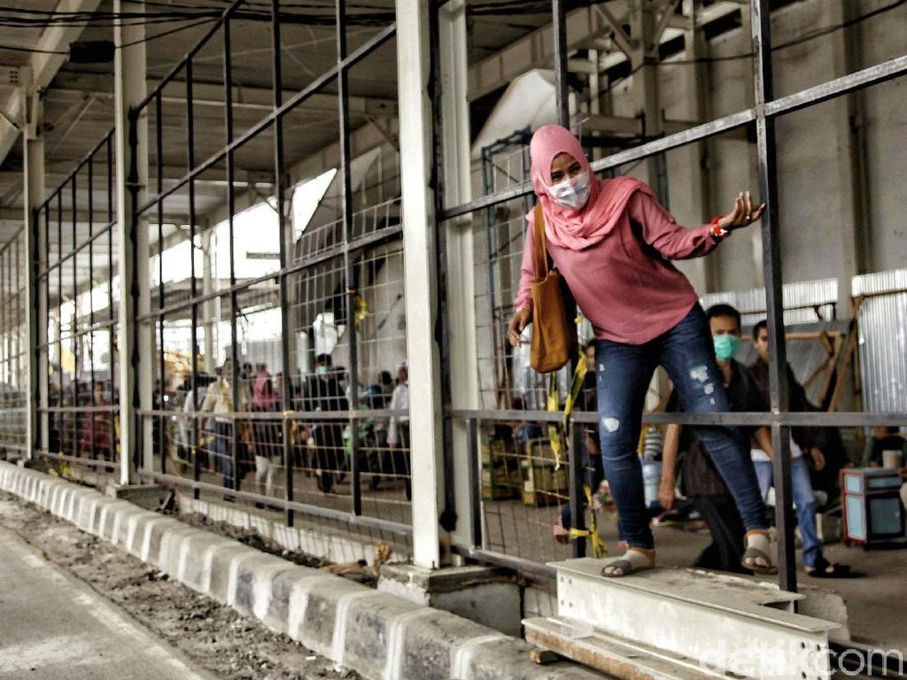 Aksi Bandel Warga Terobos Celah Skybridge Tanah Abang