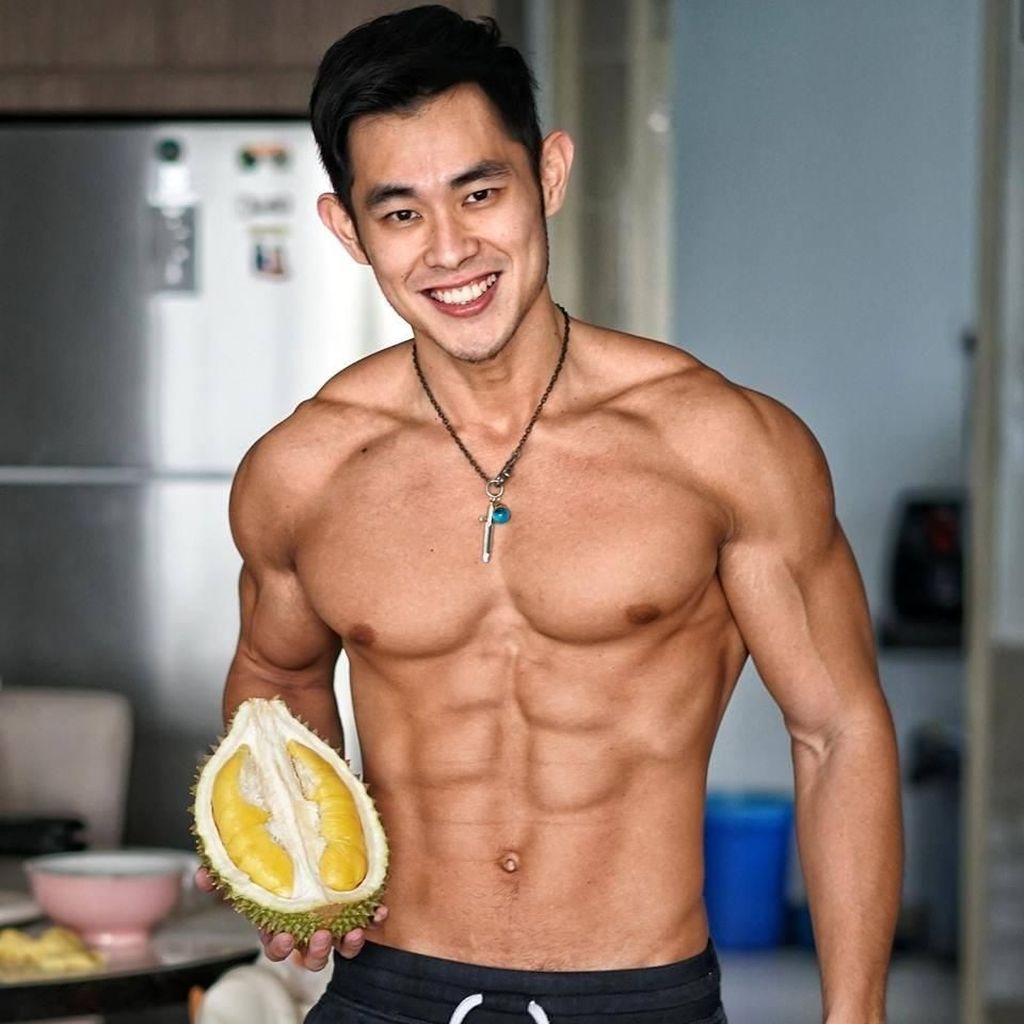 Ganteng dan Atletis, Pose Mantan Penjual Durian Saat Makan